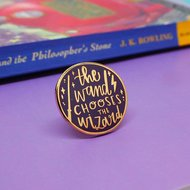 Harry Potter pin met quote 'the Wand Chooses the Wizard' - filmspullen.nl